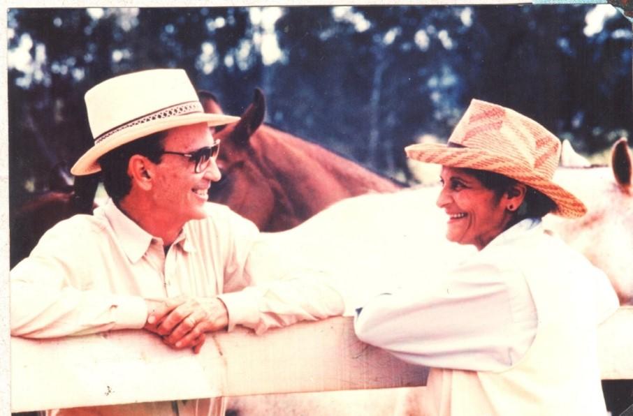 Foto de Gabriel e Vera com cavalos e na fazenda.
