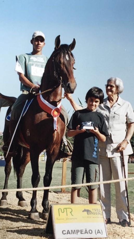 Dona Vera na Gameleira em 2005 com o neto David e o cavalo campeão (Jubileu da Calciolândia).